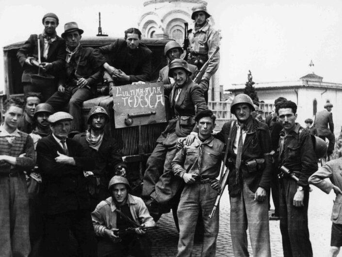 Fondo Giangiacomo Salsa Castellanza 25 aprile 1945 davanti al cimitero scaled