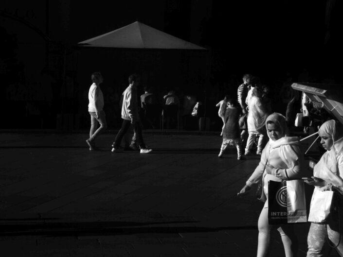 Fondo Claudio Argentiero Milano People piazza Duomo 2017 3 scaled