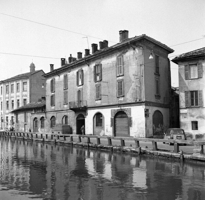 Fondo Virgilio Carnisio Milano Alzaia Naviglio Grande angolo vicolo dei Lavandai 1967 scaled