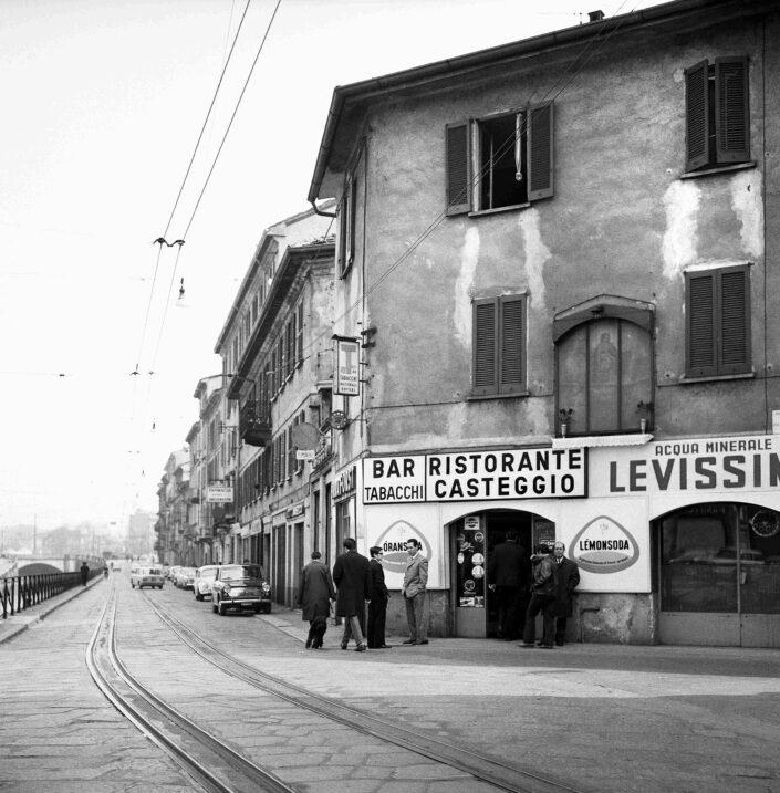 Fondo Virgilio Carnisio Milano Ripa di Porta Ticinese angolo via Argelati 1969 scaled