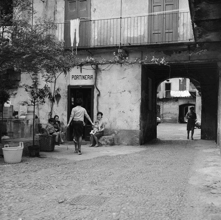 Fondo Virgilio Carnisio Milano corte a ringhera 1969