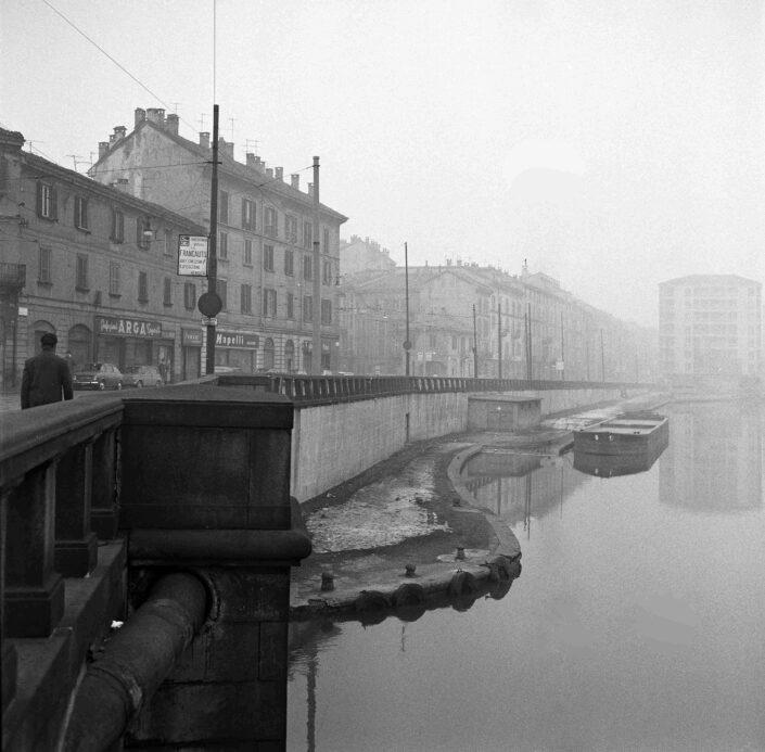 Fondo Virgilio Carnisio Milano la Darsena da viale Gorizia 1968 scaled