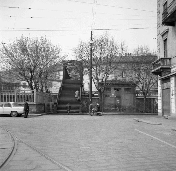 Fondo Virgilio Carnisio Milano piazzale stazione Genova verso via Tortona 1969 scaled