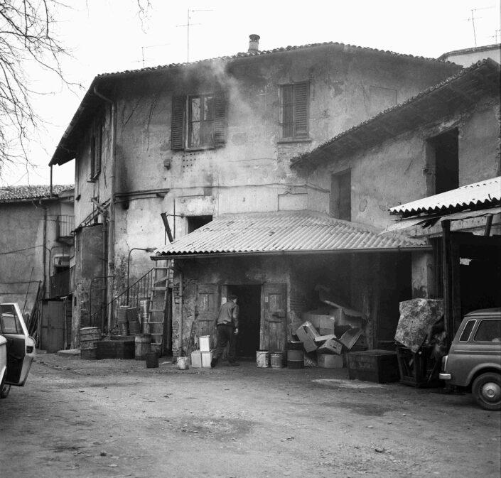 Fondo Virgilio Carnisio Milano via Argelati 1968 2 scaled