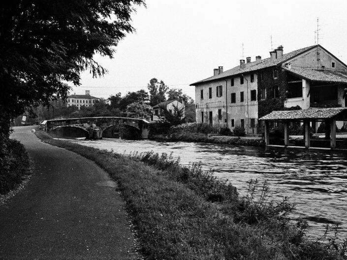 Fondo Roberto Bosio - Castelletto di Cuggiono (MI) - Cascina Catenazzone e Villa Clerici sullo sfondo - 1995