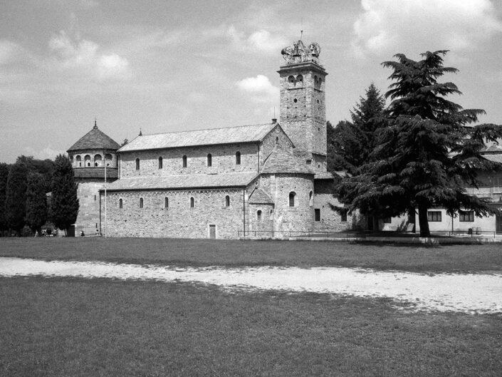 Fondo Afi - Arsago Seprio - Complesso monumentale romanico: Battistero, Basilica, Torre campanaria - Foto Claudio Argentiero - 1993