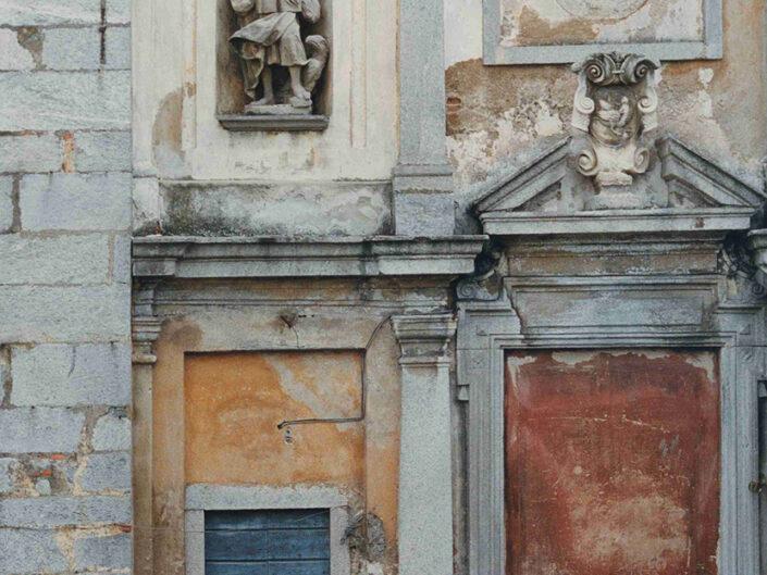 Fondo Afi - Mercallo dei Sassi - Parrocchia di san Giovanni Evangelista - Facciata originale della prima costruzione - Foto Claudio Argentiero - 1991
