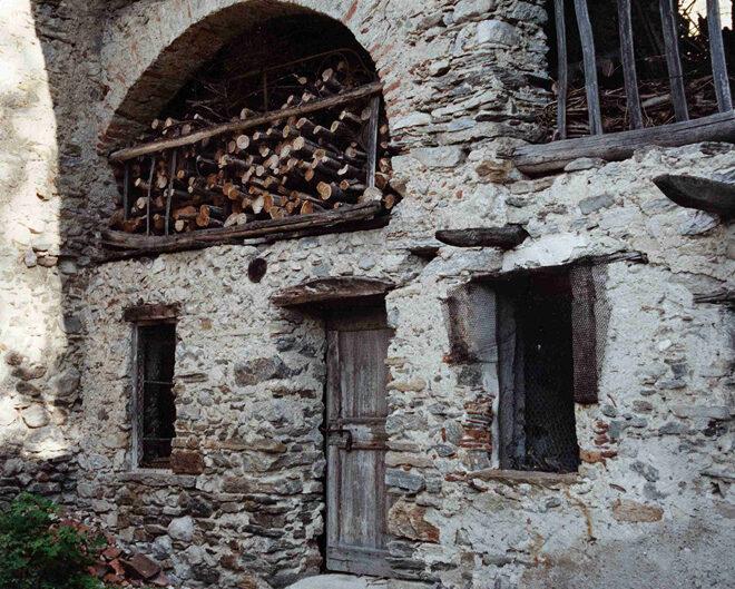 Fondo Afi - Agra - Singolarissimo pugno di case di architettura rustica - Foto Franco Rinaldin - 1991