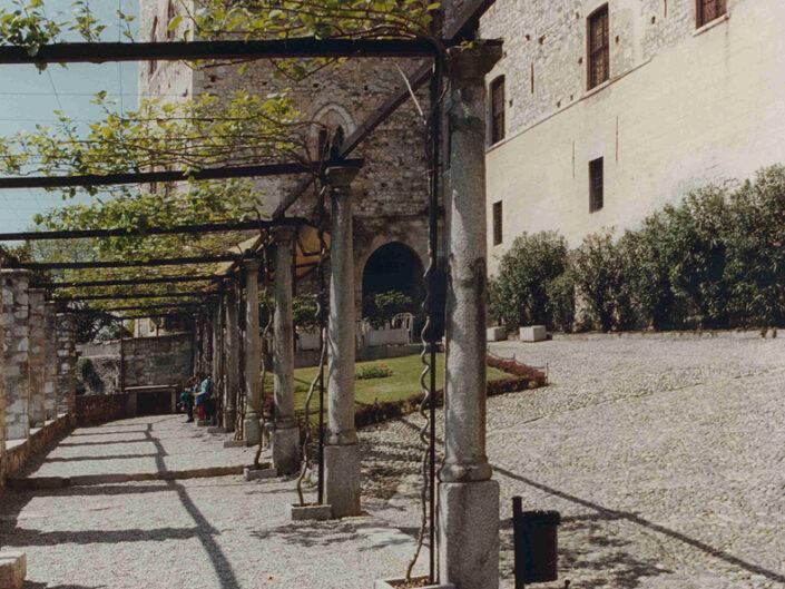Fondo Afi - Angera - La Rocca (Secolo XI -XIII) - Il cortile esterno - Foto Franco Rinaldin - 1990