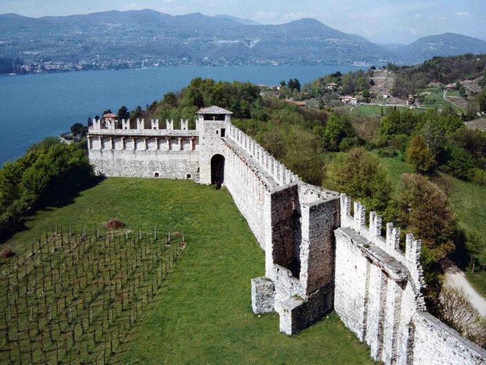 Fondo Afi - Angera - La cinta muraria della Rocca (Secolo XI- XIII) - Foto Franco Rinaldin -1990