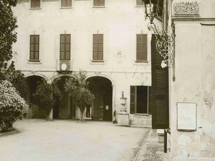 Fondo Afi - Azzate - Palazzo del Municipio - Foto Saverio Fantacuzzi -1993