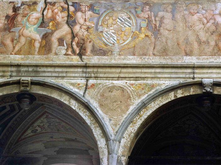 Fondo Afi - Bisuschio - Villa Cicogna Mozzoni (Sec. XVI) - Particolare del porticato - Foto Saverio Fantacuzzi - 1991
