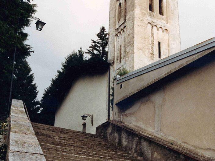 Fondo Afi - Brenta - Santuario di San Quirico (Sec. XII) - Scorcio della scalinata - Foto Franco Rinaldin - 1991