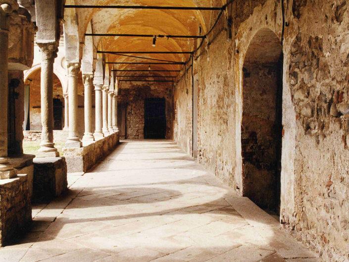 Fondo Afi - Cairate - Monastero di Santa Maria Assunta (Sec. VIII) - Chiostro del XV sec. - Foto Claudio Argentiero - 1993