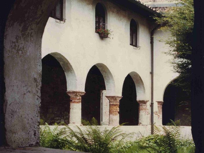Fondo Afi - Ganna - Badia di San Gemolo - Scorci del chiostro gotico (Sec. XIII-XIV) - Foto Franco Rinaldin - 1990