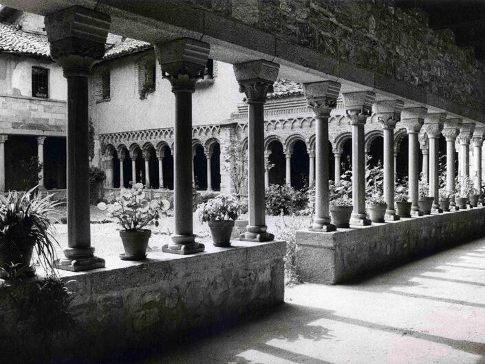 Fondo Afi - Gavirate - Voltorre - Chiostro romanico ( Sec. XI- XII) - Foto Claudio Argentiero - 1990