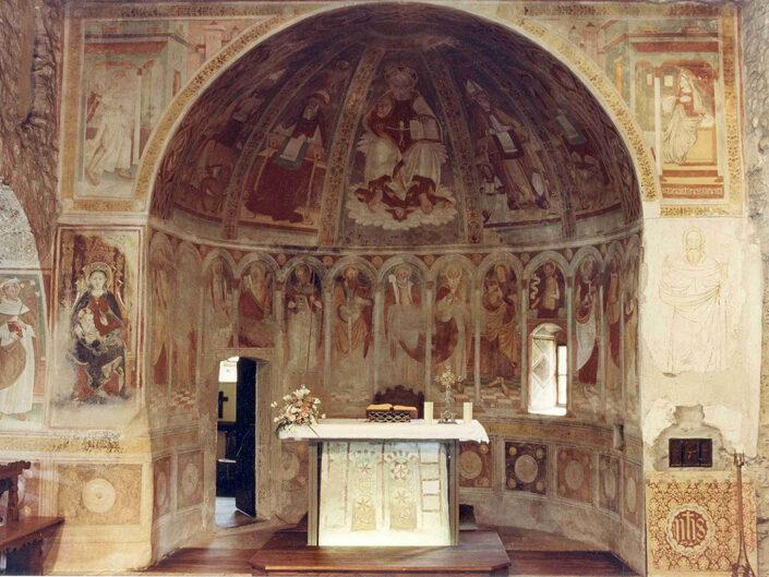 Fondo Afi - Gemonio - Chiesa romanica di San Pietro ( Sec XI) - Altare - Foto Claudio Argentiero - 1991