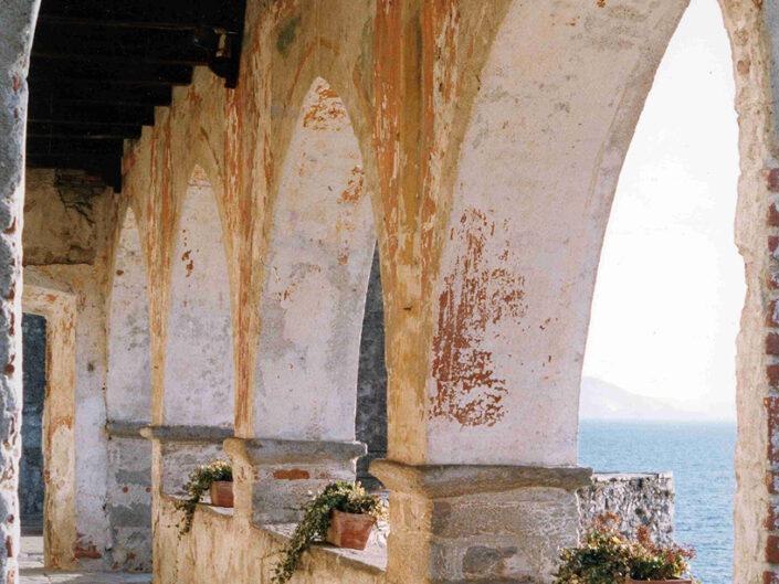 Fondo Afi - Leggiuno - Eremo di Santa Caterina del Sasso (Sec. XIV) - Foto Franco Rinaldin - 1990