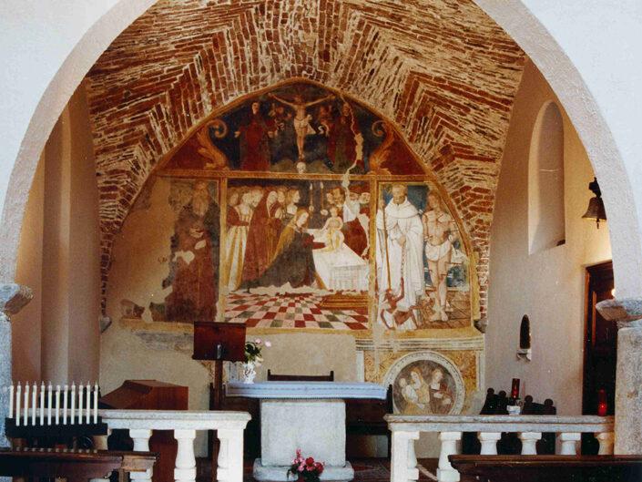 Fondo Afi - Mombello - Chiesetta romanica di Santa Maria di Corte ( Sec. XI) - Interno zona absidale - Foto Franco Rinaldin - 1990