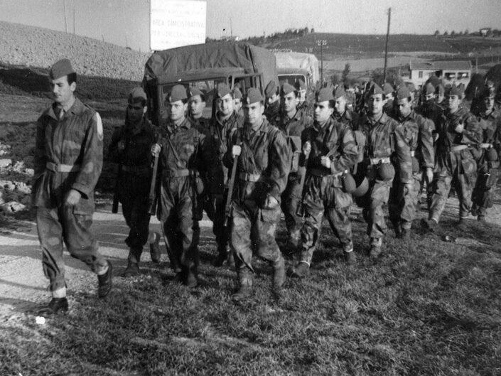 Fondo Giusy Rabolini -Album di famiglia - Militari in marcia