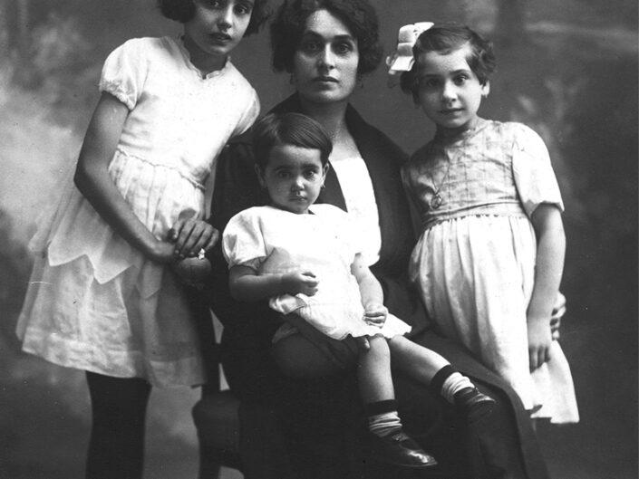 Fondo Giusy Rabolini - Album di famiglia - Ritratto di famiglia in studio
