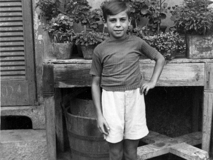 Fondo Giusy Rabolini - Album di famiglia - Ritratto di bambino in esterno - 1939