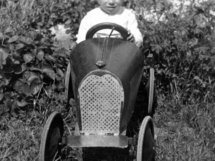 Fondo Giusy Rabolini - Album di famiglia - Ritratto di bambino in esterno - Anni '30 del Novecento