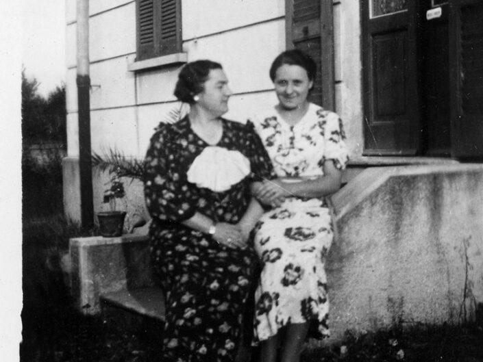 Fondo Giusy Rabolini - Album di famiglia - Ritratto di donne in esterno - 1937