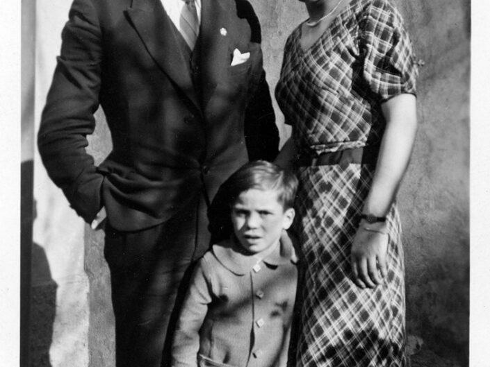 Fondo Giusy Rabolini - Album di famiglia - Ritratto di famiglia in esterno - 1935