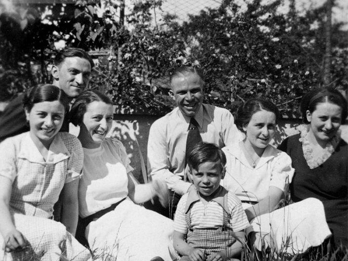 Fondo Giusy Rabolini - Album di famiglia - Ritratto di famiglia in esterno