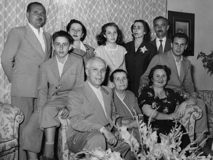 Fondo Giusy Rabolini - Album di famiglia - Ritratto di famiglia in interno