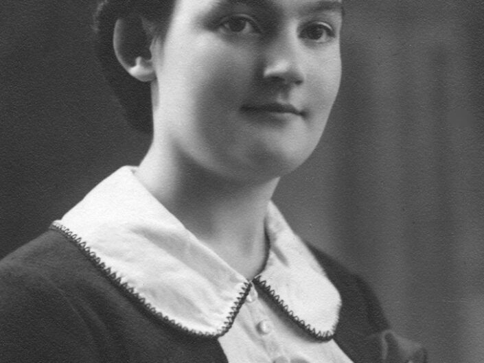 Fondo Giusy Rabolini - Album di famiglia - Ritratto di giovane donna in studio - 1937