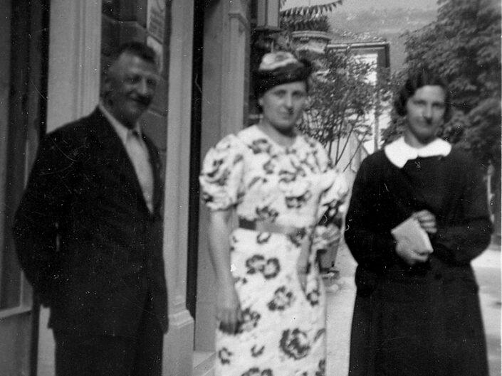 Fondo Giusy Rabolini - Album di famiglia - Ritratto di persone in esterno - 1936