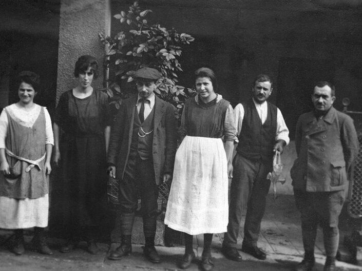 Fondo Giusy Rabolini - Album di famiglia - Ritratto di persone in esterno