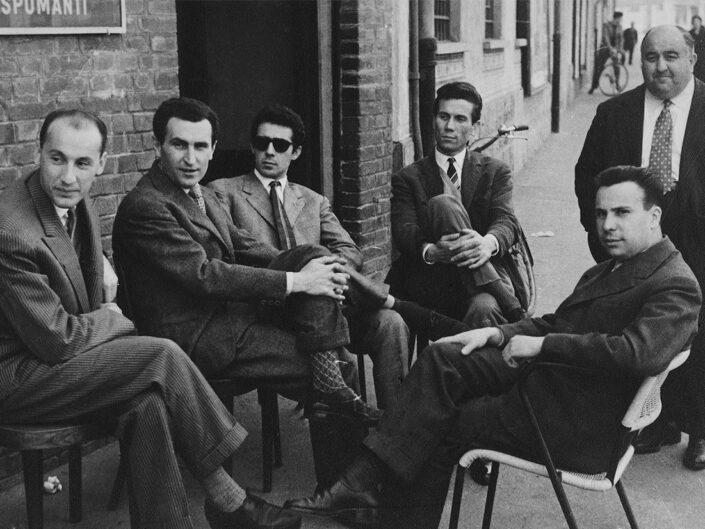 Fondo Giusy Rabolini - Album di famiglia - Castellanza - Bar Castello - Ritratto di uomini in esterno