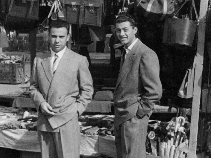 Fondo Giusy Rabolini - Album di famiglia - Ritratto di uomini in esterno